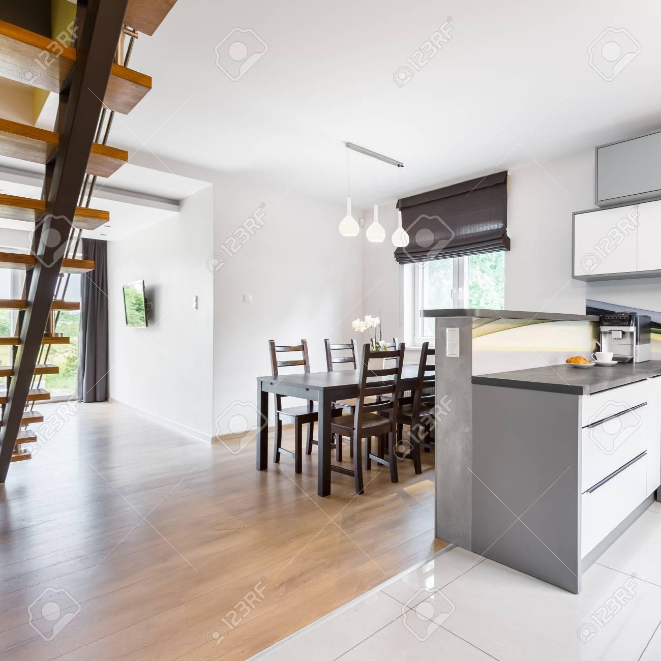 Offene Grundriss Villa Mit Küche, Essbereich Und Holztreppe ...