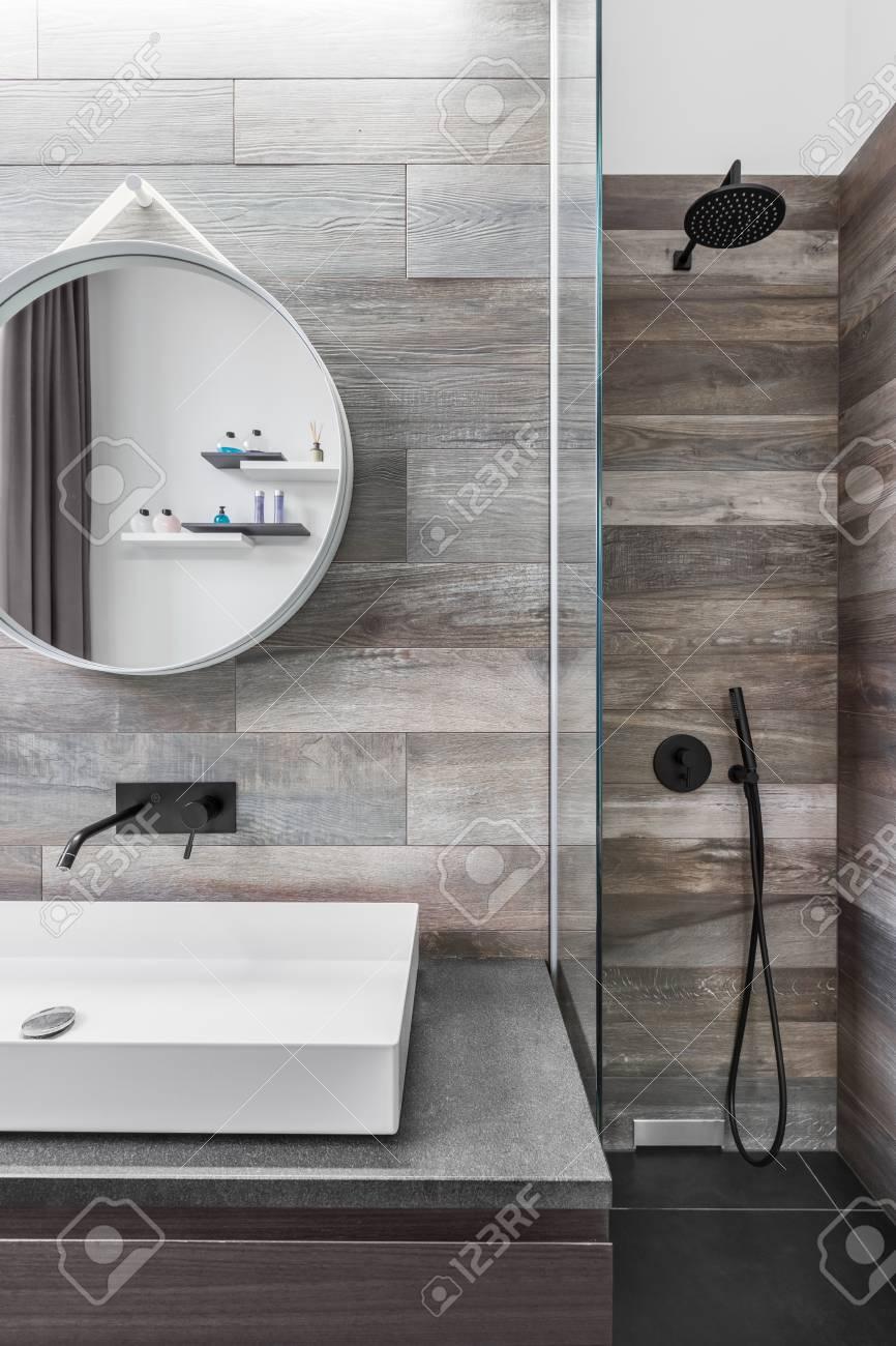 Moderno cuarto de baño con ducha y efecto de madera suelo de baldosas