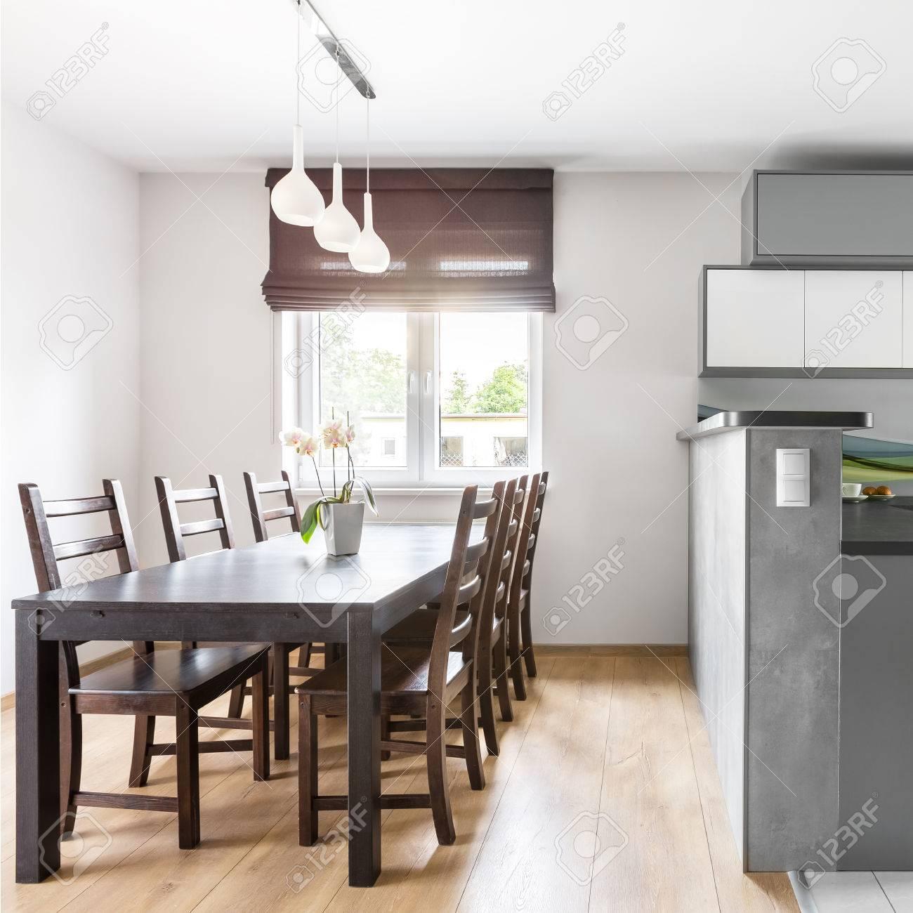 https://previews.123rf.com/images/in4mal/in4mal1701/in4mal170100081/69588163-interieur-moderne-villa-mit-licht-ger%C3%A4umige-k%C3%BCche-offen-zum-essbereich-mit-fenster.jpg