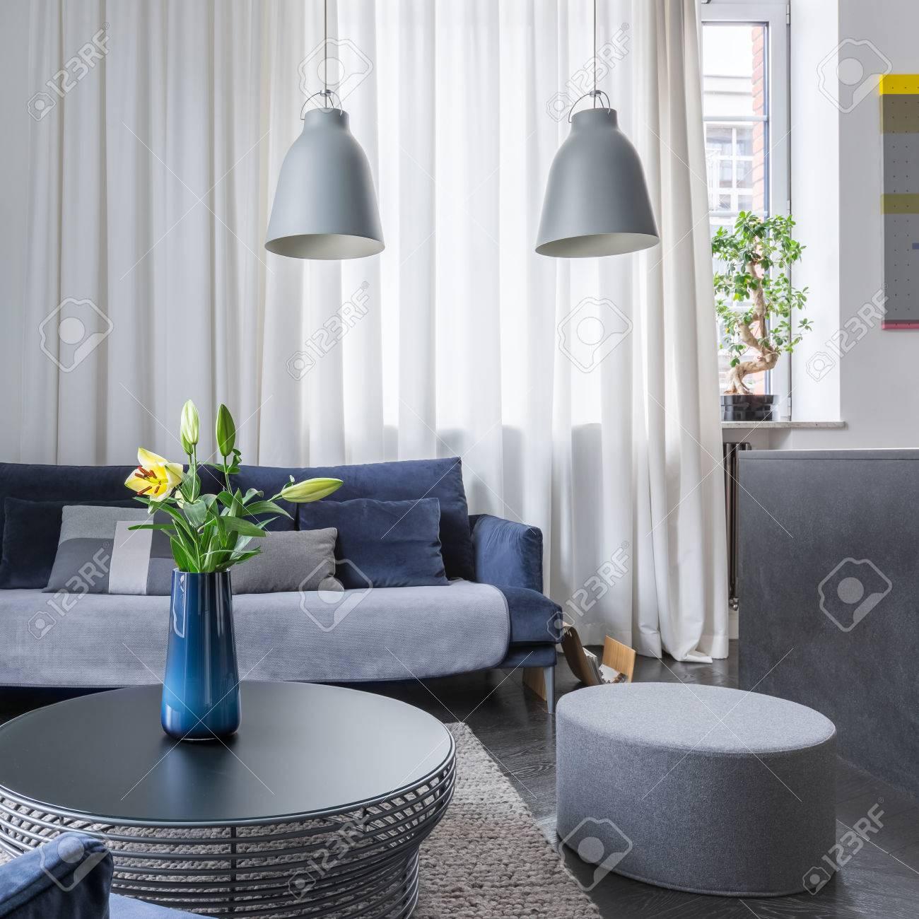 Wohnzimmer Mit Weißen Wand Und Dunklen Möbeln Lizenzfreie Fotos ...