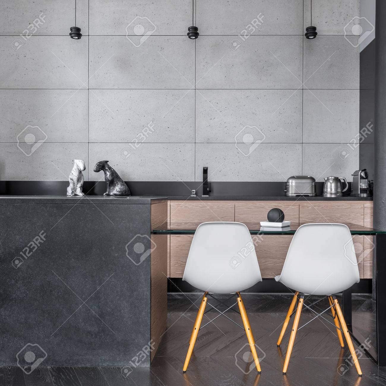 Moderne Kuche Mit Grauen Wandfliesen Tisch Und Stuhle Lizenzfreie Fotos Bilder Und Stock Fotografie Image 70439016