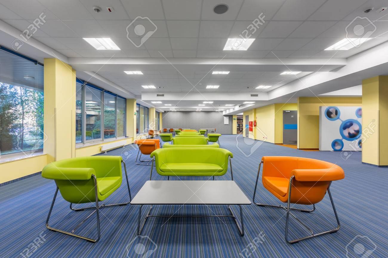 Intérieur de bureau moderne avec salon coloré avec des meubles
