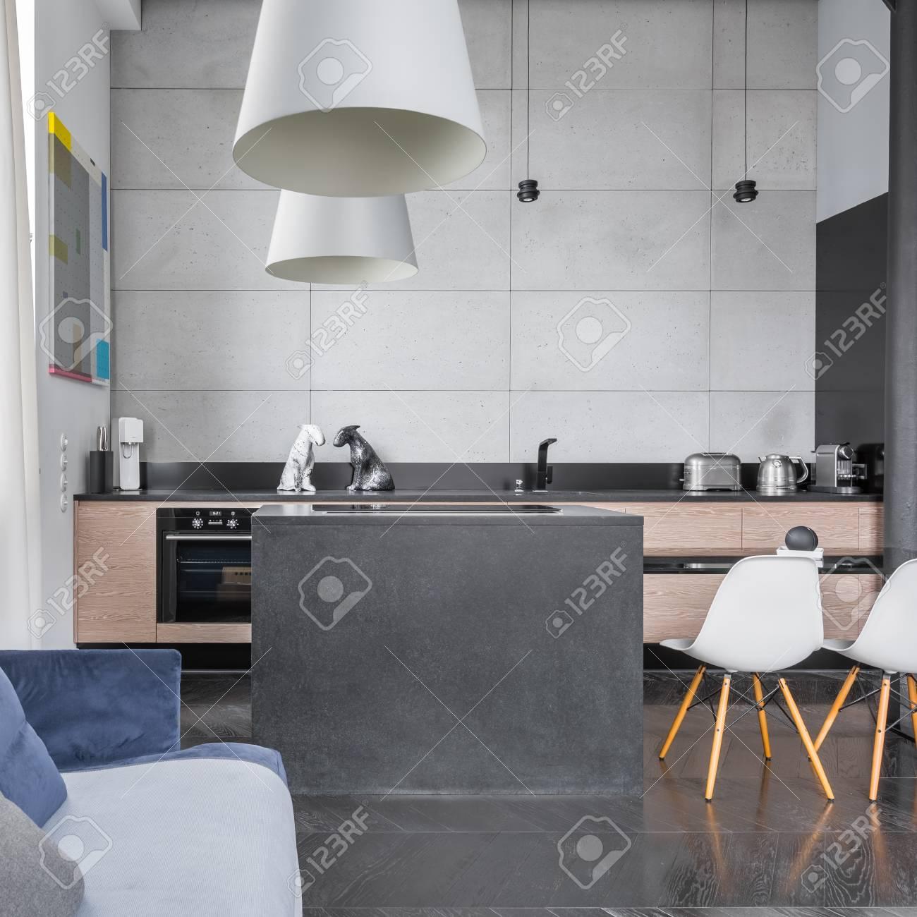 Cocina De Diseño Moderno Con Isla, Mesa Con Sillas Blancas Y ...