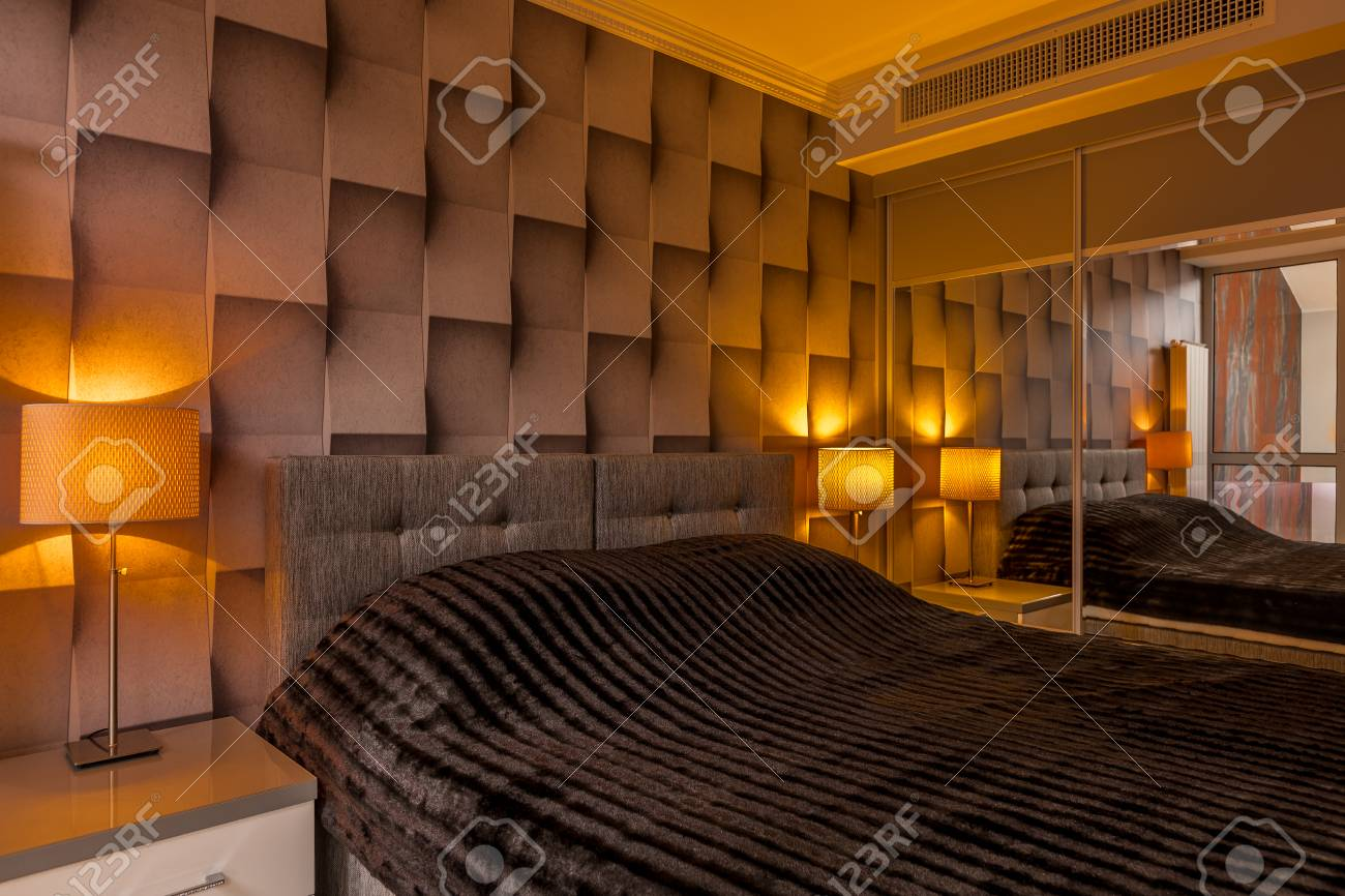 Chambre moderne avec papier peint 3D créatif brun et grand lit