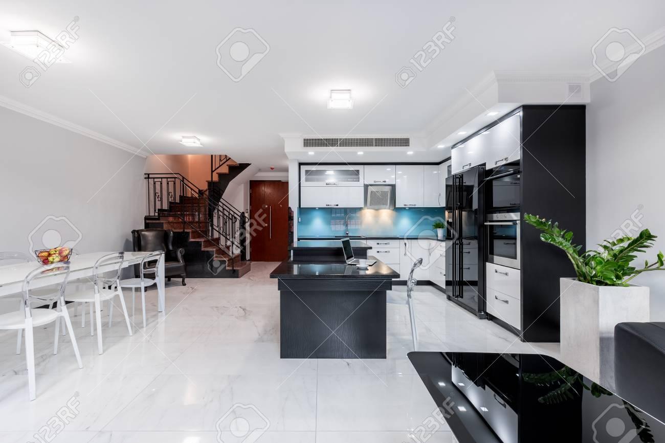 Modernes Und Funktionales Wohnzimmer Mit Offener Küche Und Esszimmer ...