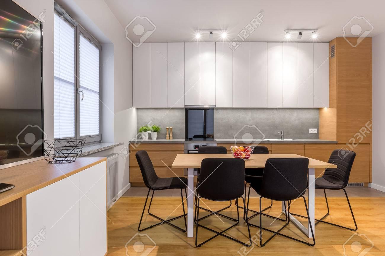 Sedie Per Tavolo Da Cucina.Tavolo Da Pranzo E Sedie In Cucina Moderna Luminosa E Aperta