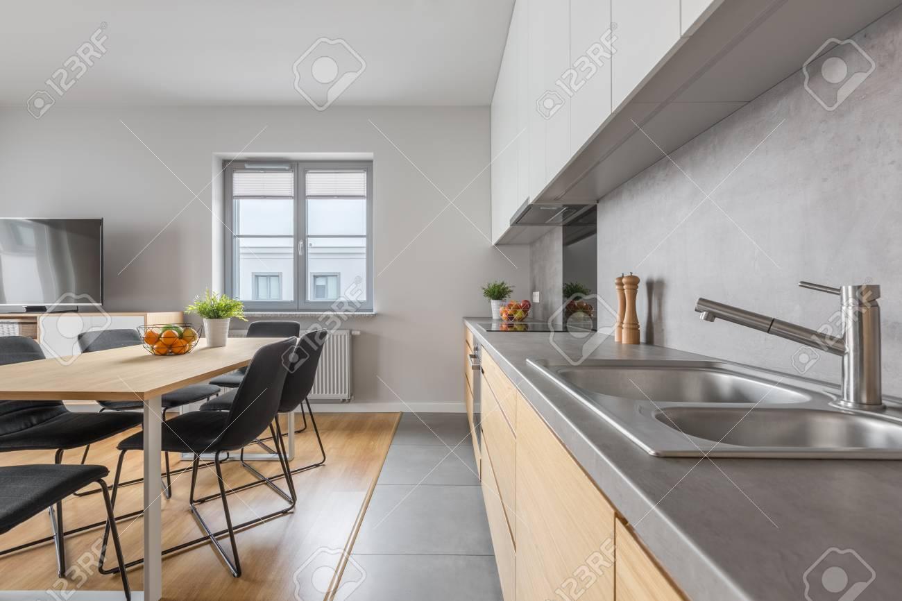 Stilvolle Kuche Mit Langem Arbeitsplatte Und Esszimmer In Moderner Wohnung Lizenzfreie Fotos Bilder Und Stock Fotografie Image 73765705