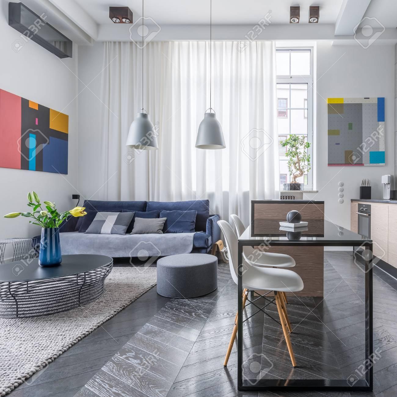 Moderne wohnzimmer mit offener küche  Modernes Apartment Mit Wohnzimmer Und Offener Küche Lizenzfreie ...