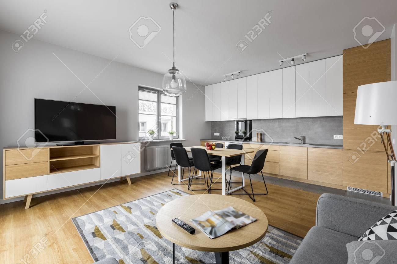 Moderne Offene Küche Mit Wohnzimmer Und Großem Fernseher Lizenzfreie ...