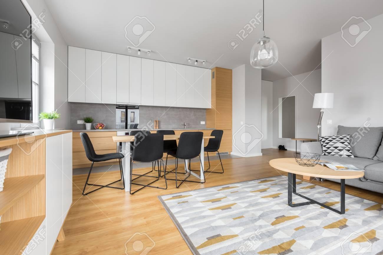 Modernes Esszimmer Mit Modernen Küchenmöbeln Und Relaxbereich Standard Bild    74973066