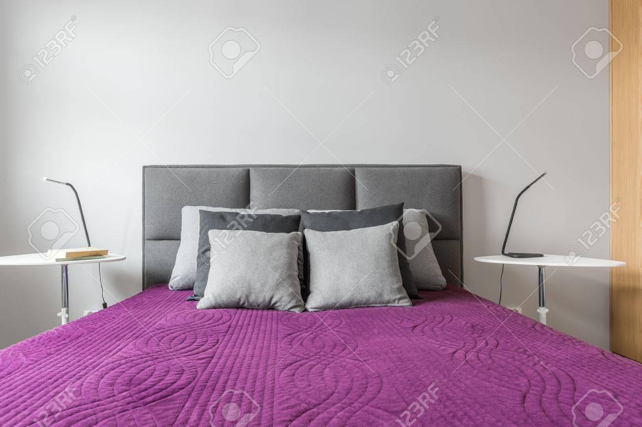 couvre lit gris et violet Grand Lit Avec Des Oreillers Décoratifs Gris Et Un Couvre lit  couvre lit gris et violet