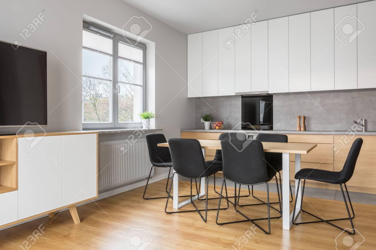 Graue Und Weisse Wohnung Mit Offener Kuche Zum Wohnzimmer Lizenzfreie Fotos Bilder Und Stock Fotografie Image 75224191