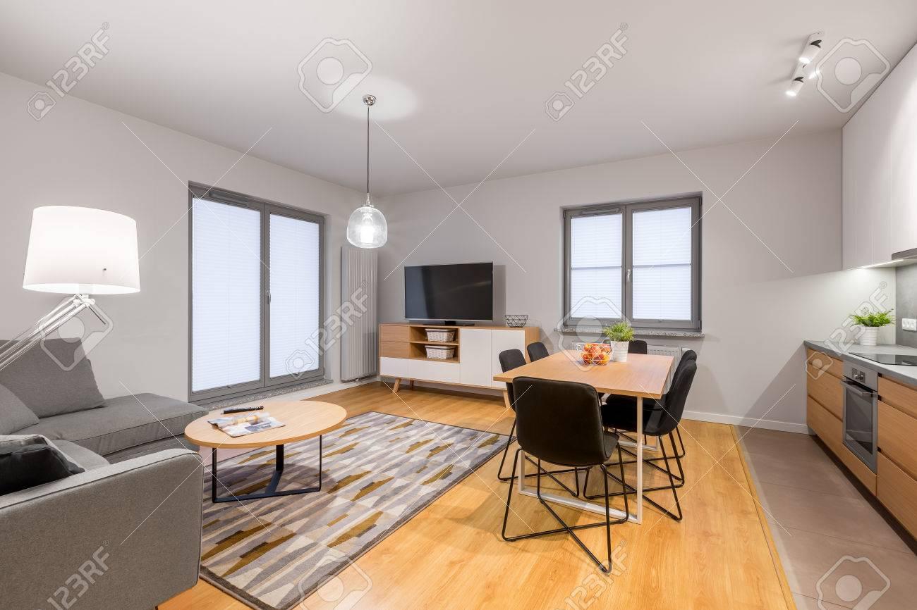 Weiße Loft-Wohnung Mit Wohnzimmer Und Offener Küche Lizenzfreie ...