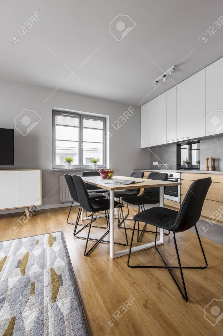 Bois Nouvelle TableChaisesFenêtre Et Plancher De Avec Cuisine Loft Franc A4RqL35j