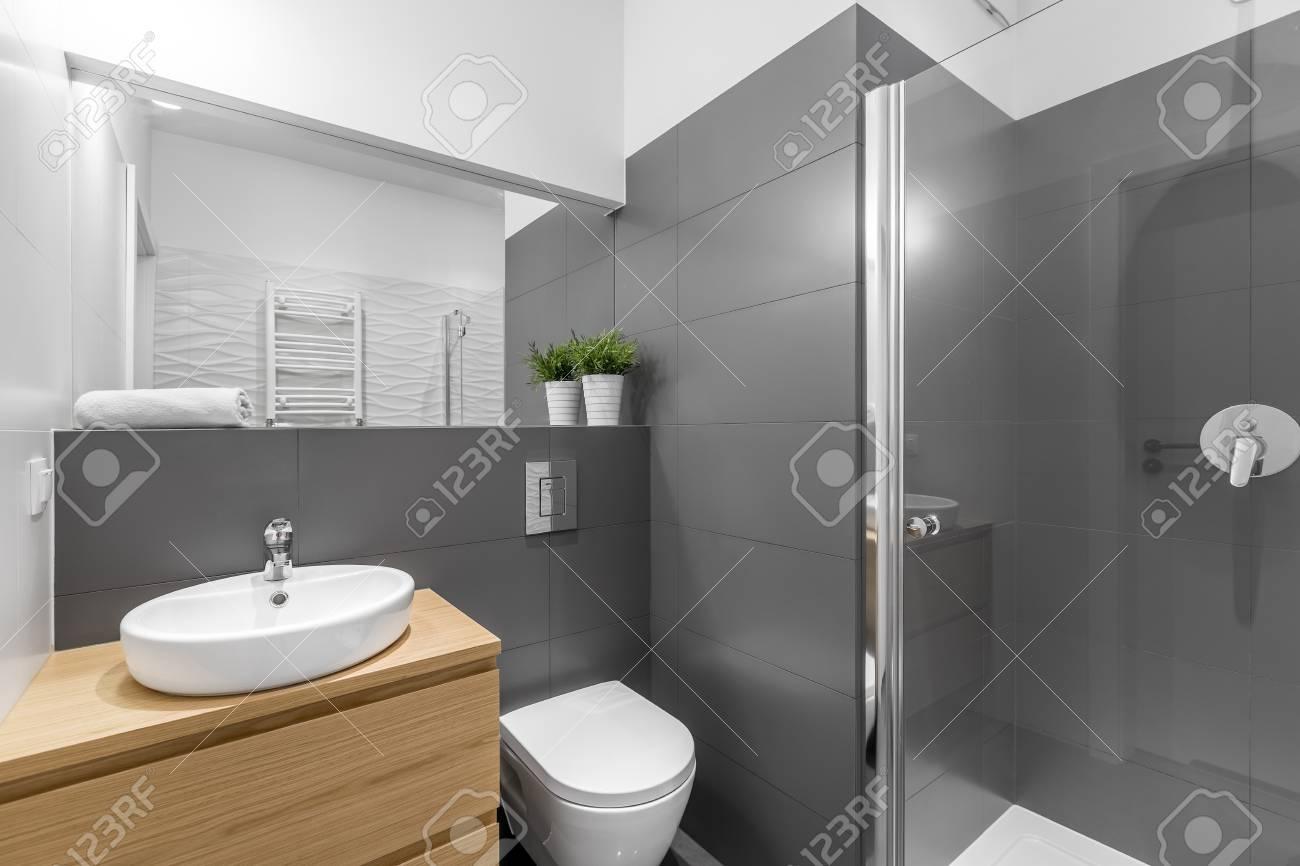 Exquisit Graues Bad Beste Wahl Modernes Mit Dusche, Holzschrank, Rundes, Weißes Becken
