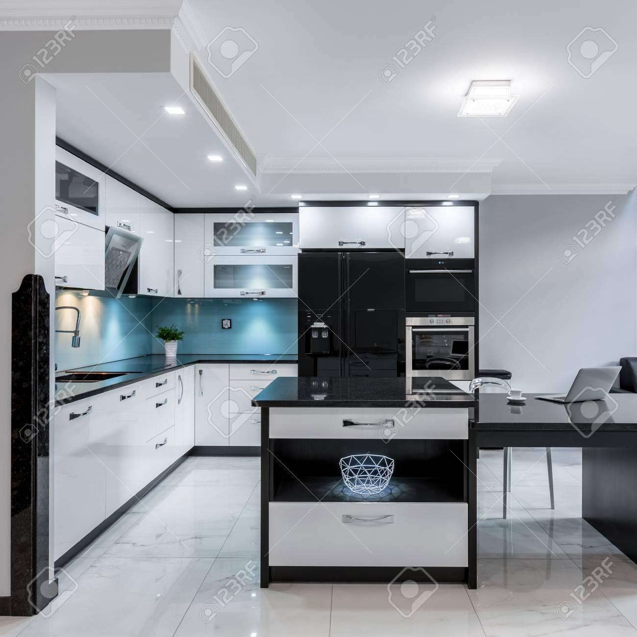 Espace Cuisine Moderne Noir Et Blanc Avec Ilot Banque D Images Et