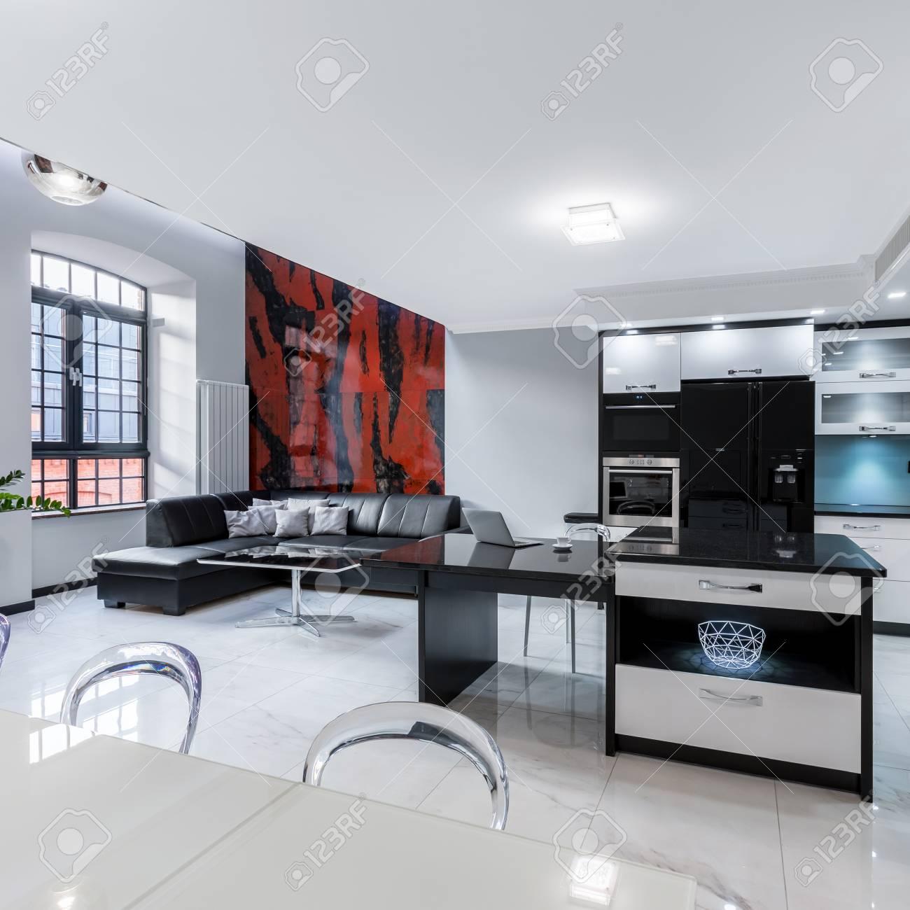 Moderne Weisse Wohnung Mit Kuche Offen Zum Wohnzimmer Lizenzfreie