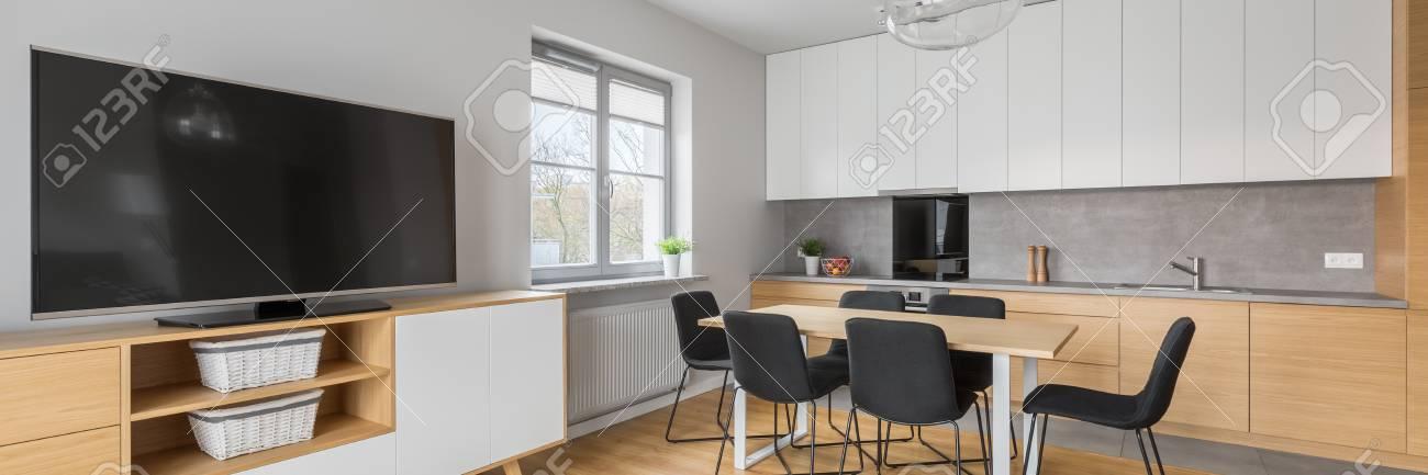Panorama Der Modernen Innenarchitektur Mit Offener Küche, Essbereich ...