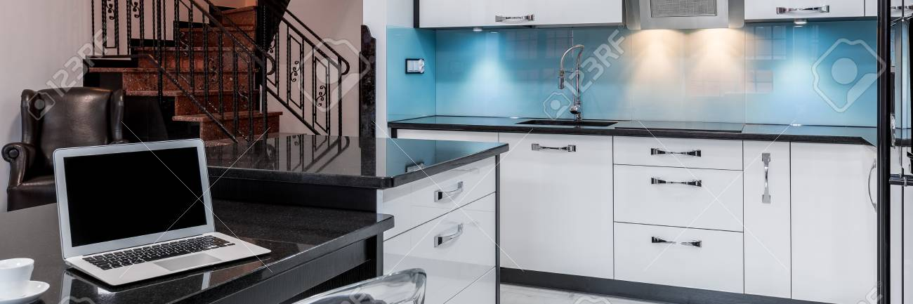 Espace Cuisine Ouverte Avec Un Ordinateur Portable Sur Le Comptoir - Cuisine ouverte avec comptoir