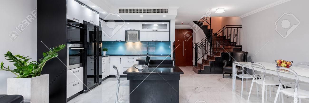 Intérieur De Maison Moderne Et Fonctionnel Avec Cuisine Ouverte ...