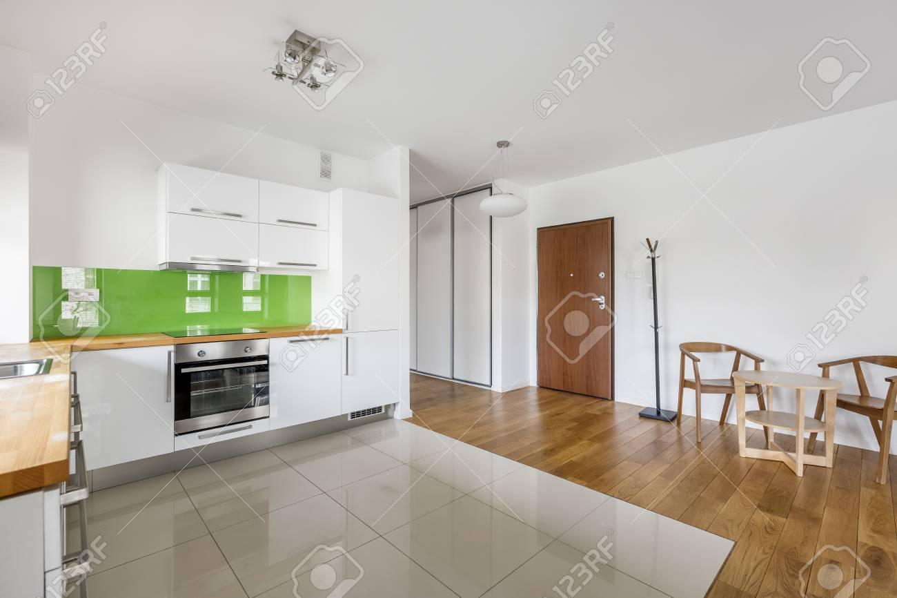 Hervorragend Küche Mit Modernen, Weißen Möbeln Und Beige Bodenfliesen YO21