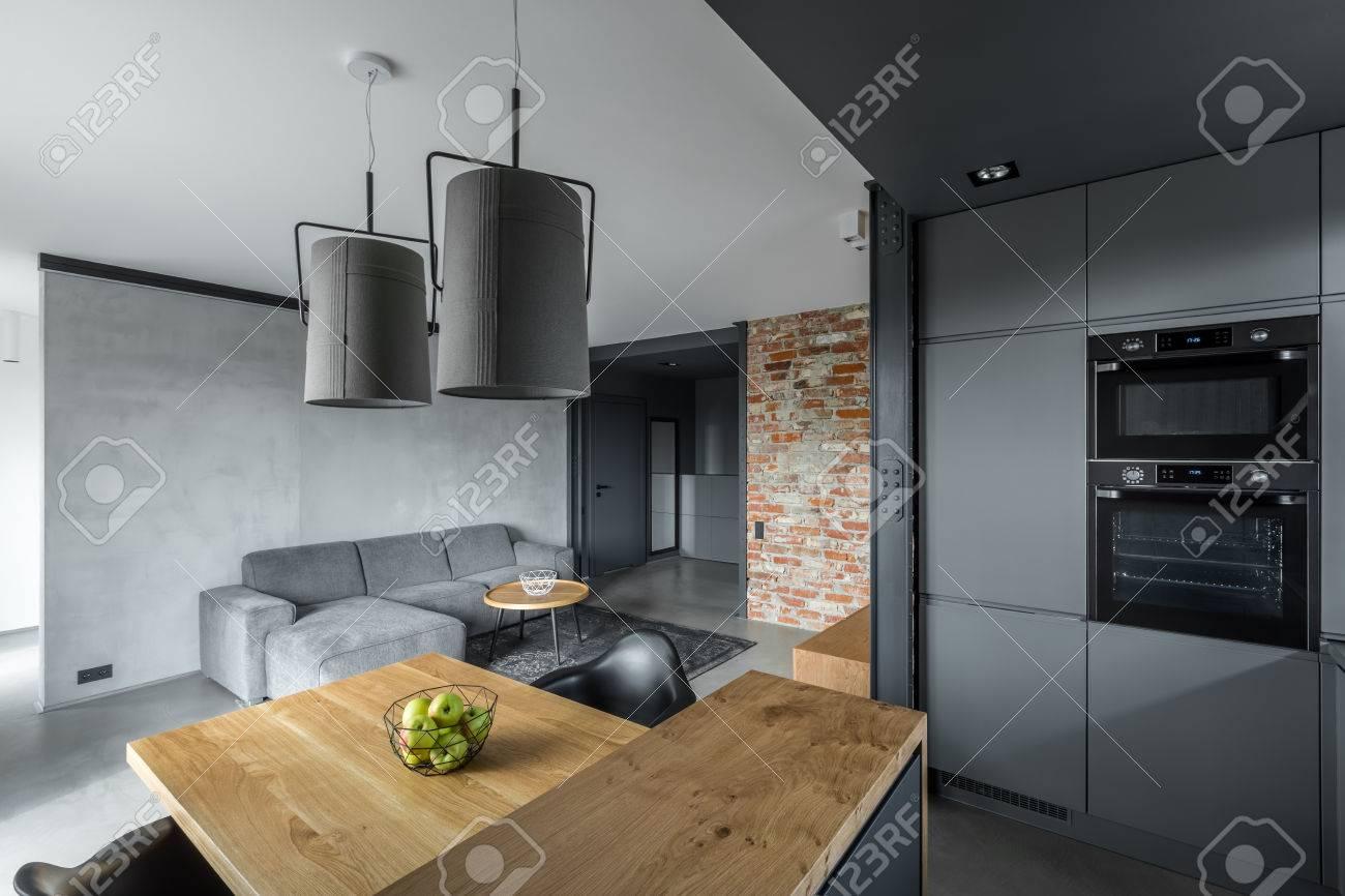 Modernes Loft Mit Offenem Wohnzimmer, Esstisch Und Küche Mit Insel ...
