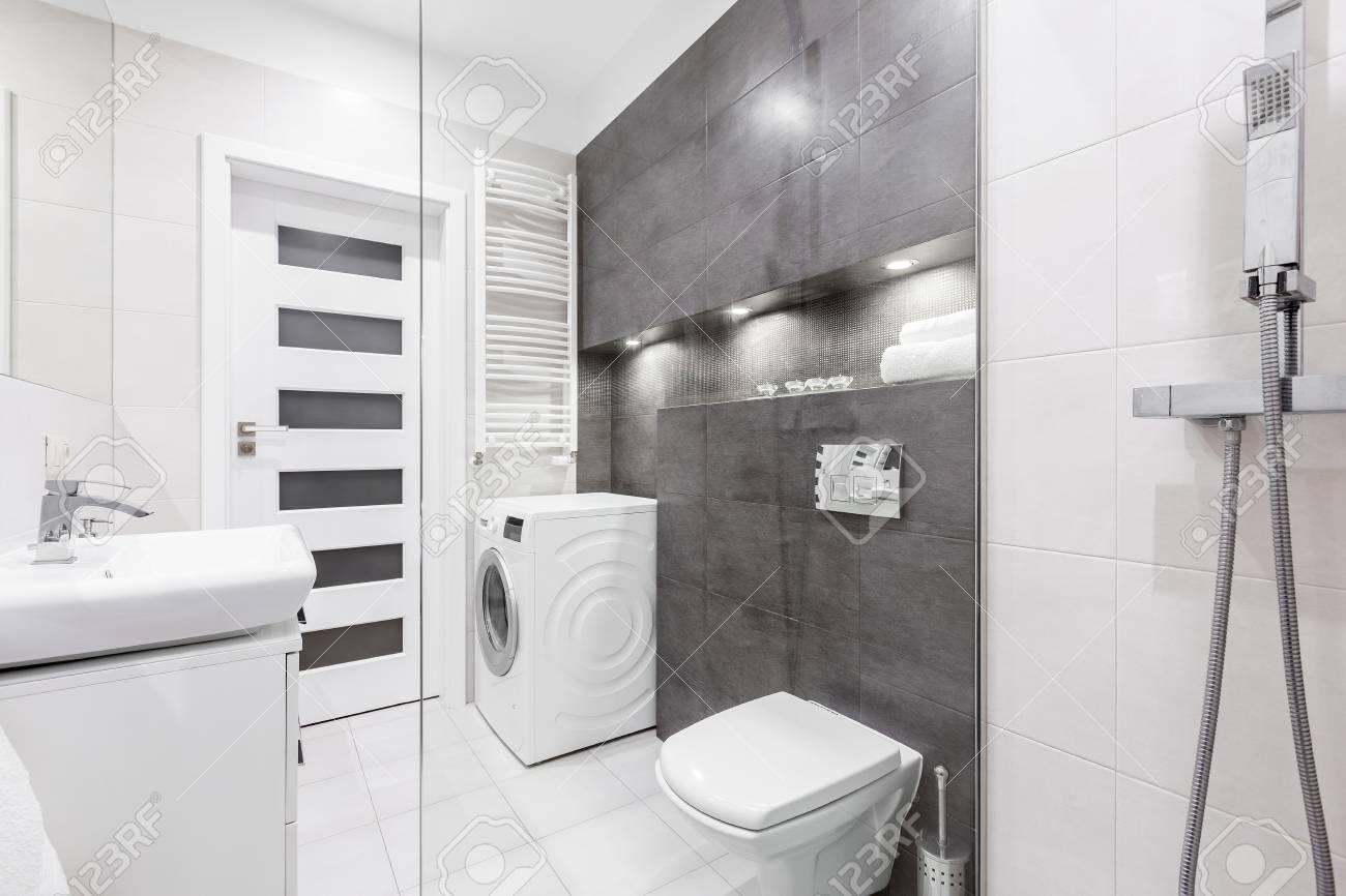 Lavadora Con Lavabo.Bano Moderno Y Blanco Con Ducha Lavabo Inodoro Lavadora Y Pared Gris