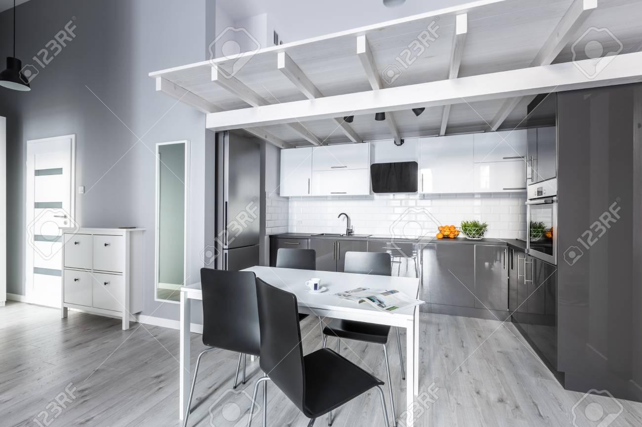 Cucine Bianco Grigio : Appartamento grigio e bianco luminoso con cucina aperta foto
