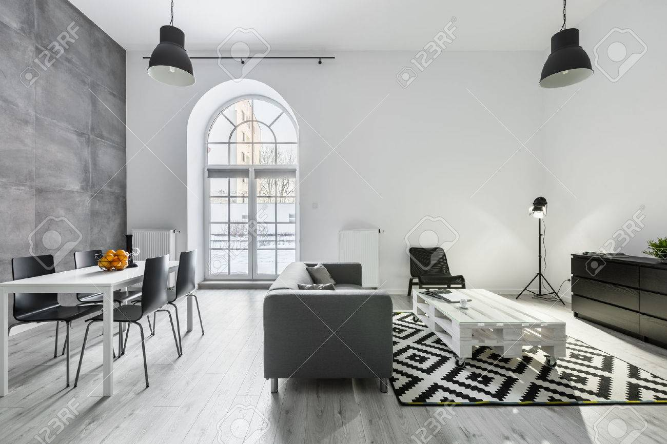 Modernes Loft-Interieur Mit Sofa, Esstisch Mit Stühlen, Studio-Lampe ...