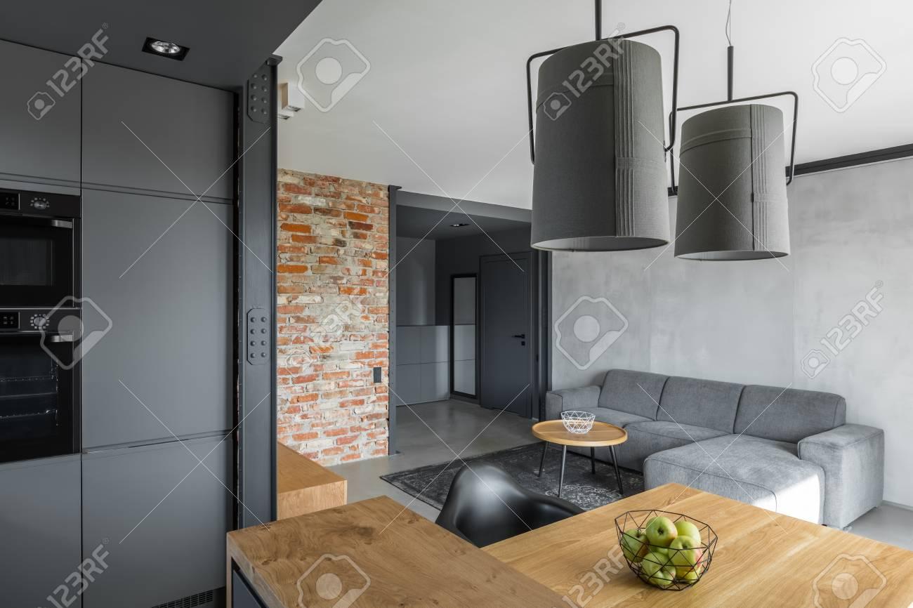 Intérieur De La Maison Avec Mur De Briques, Cuisine Ouverte Et Salon ...