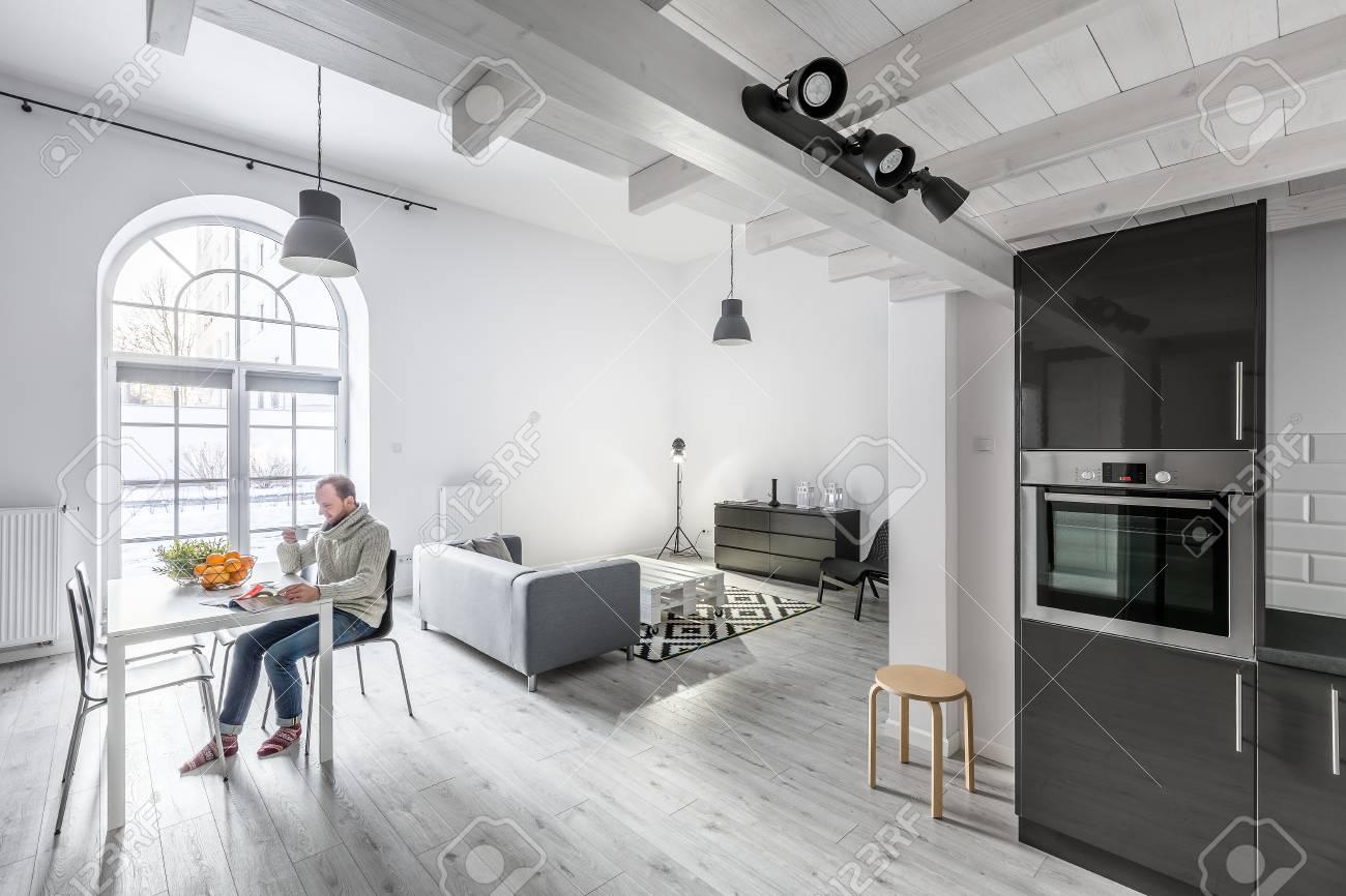 Moderne Offene Wohnung Mit Küche, Wohnzimmer Und Essbereich ...