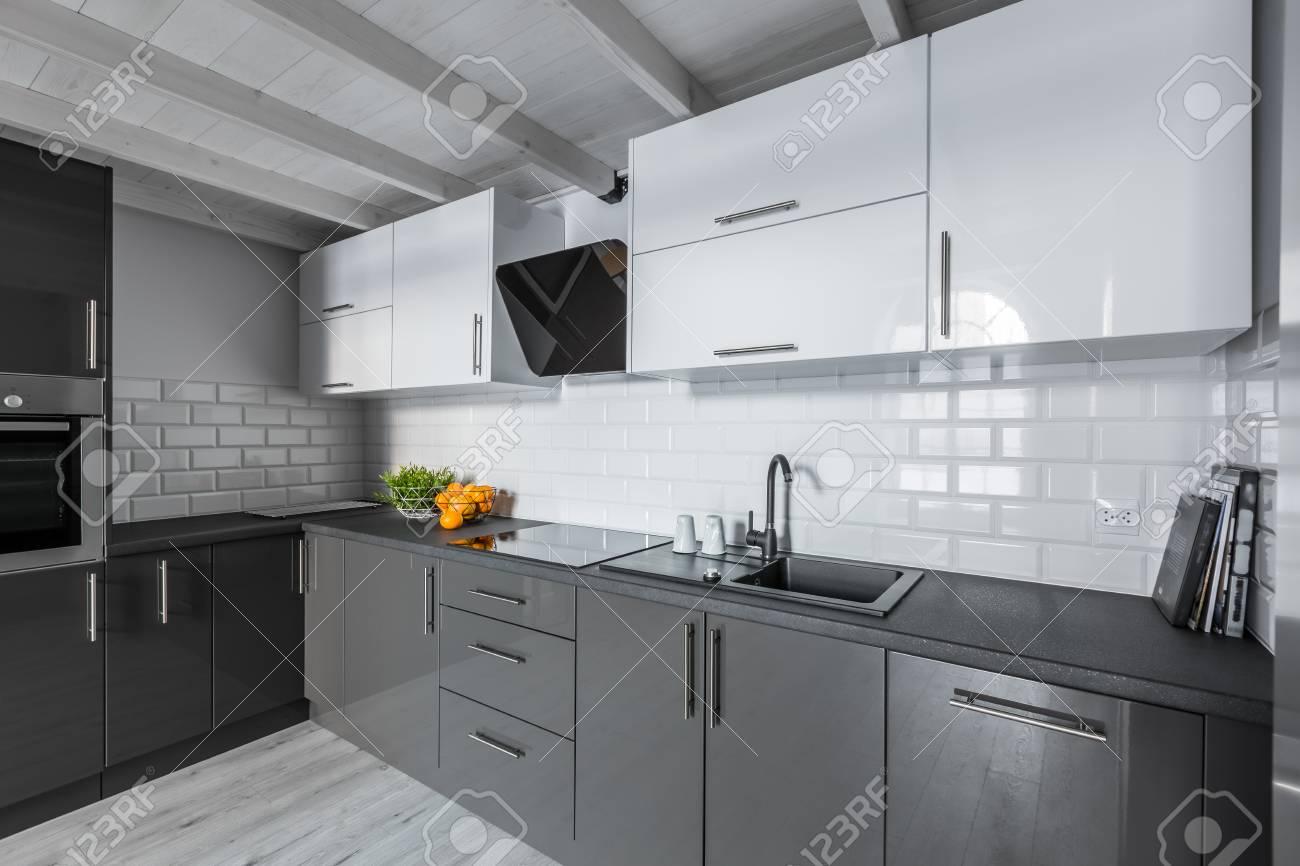 Piastrelle Cucina Bianche E Nere. In Cucine Lunghe E Strette Il ...