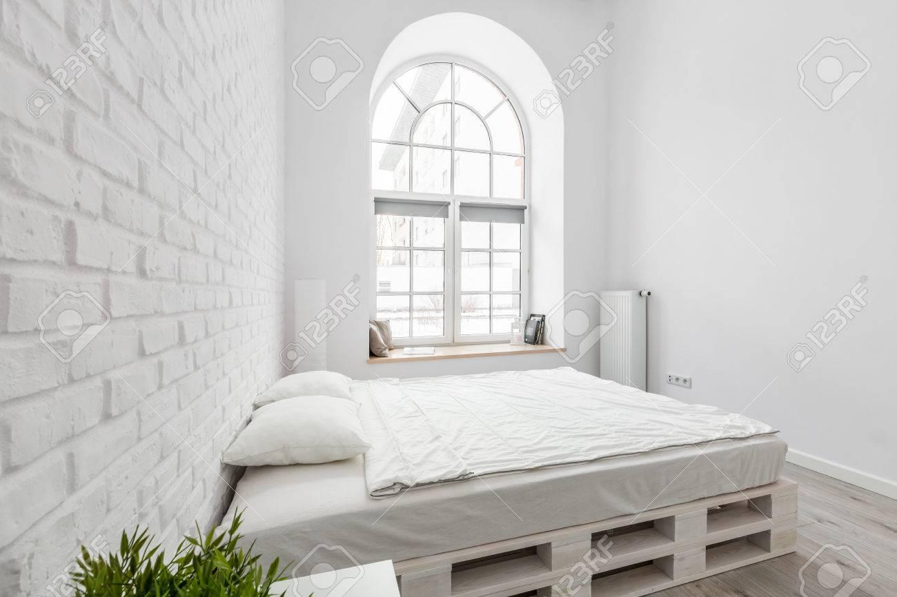 Chambre Blanche Avec Lit De Palette Bricolage Mur De Briques Et