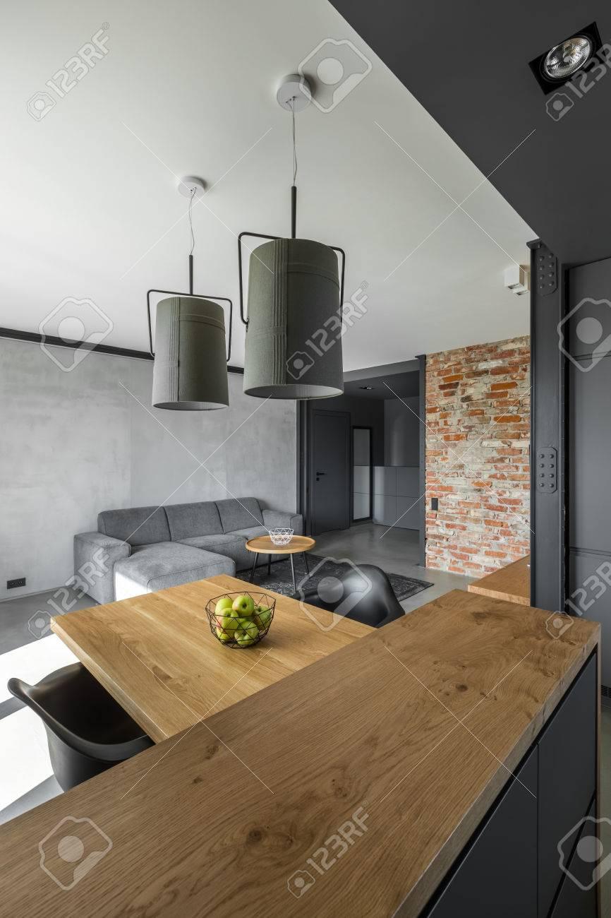 Moderne Wohnung In Grau Mit Küchenzeile Und Wohnzimmer Und Mauer  Standard Bild   80845591