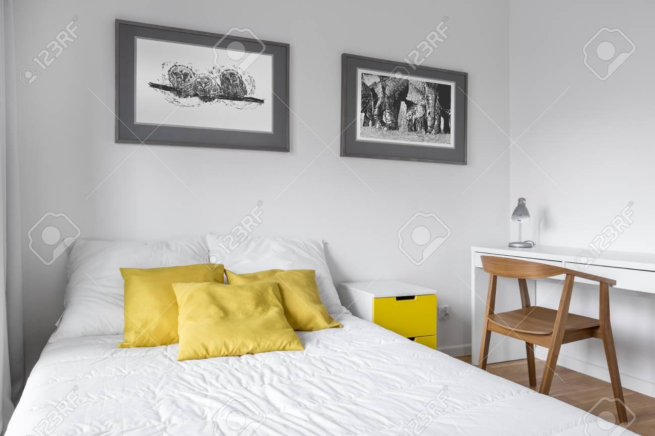 GroBartig Standard Bild   Weißes Schlafzimmer Mit Doppelbett, Schreibtisch Und  Holzstuhl