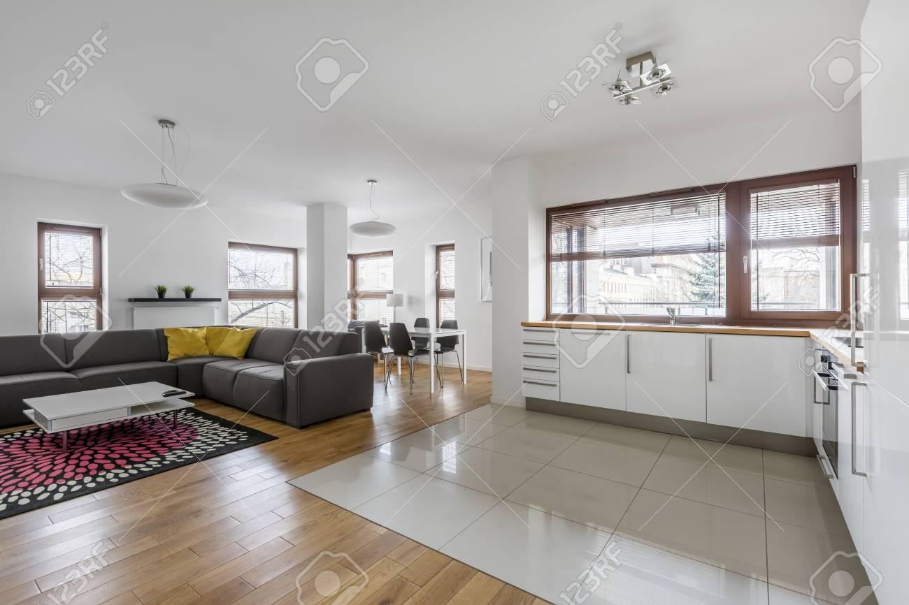 Wohnzimmer Mit Hochglanz, Weiß, Moderne Küchenzeile Lizenzfreie ...