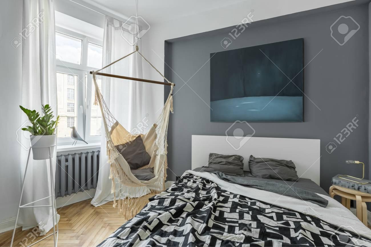 Nordisches Schlafzimmer Mit Doppelbett, Hängematte Und Moderner Malerei  Standard Bild   81549152