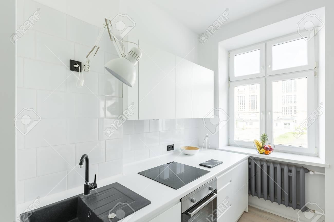 Küche Mit Weißen Fliesen, Einfache Möbel Und Fenster Lizenzfreie ...