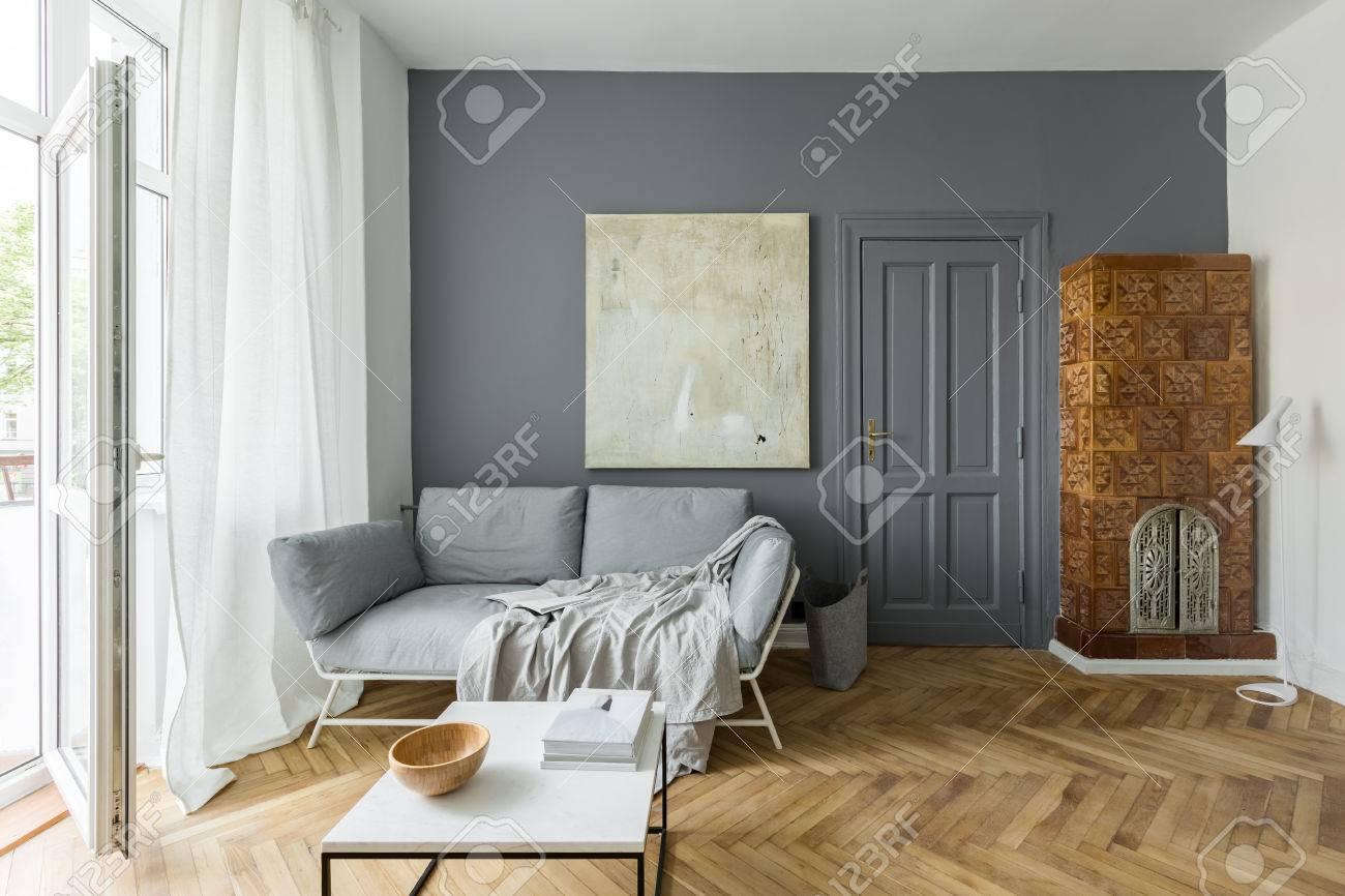 Salon gris et blanc avec poêle en faïence d\'époque