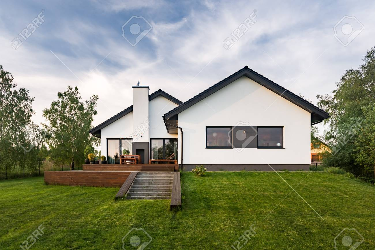 Maison Blanche Et Grise légante maison blanche avec jardin et terrasse, vue extérieure