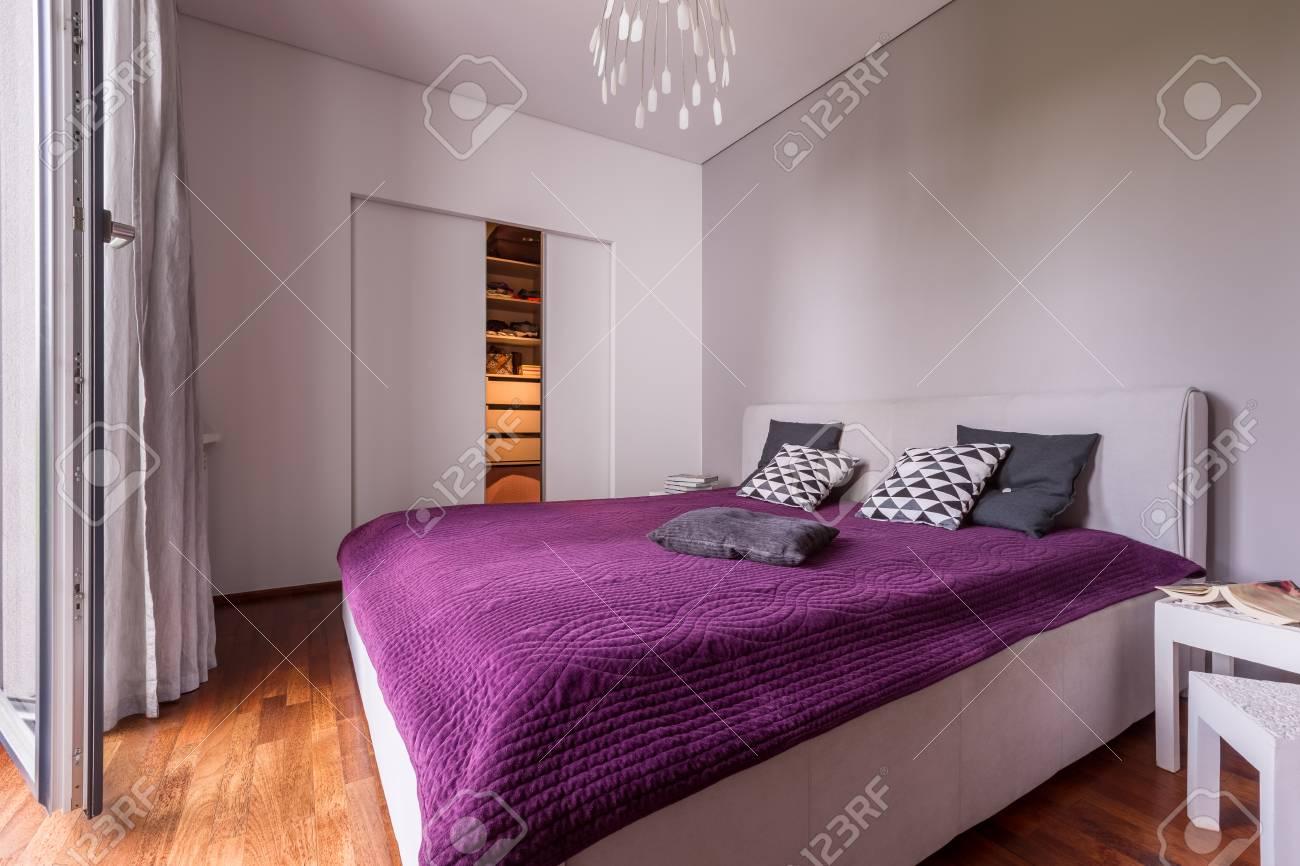 Modernes Schlafzimmer Mit Doppelbett Und Schiebetür Kleiderschrank ...