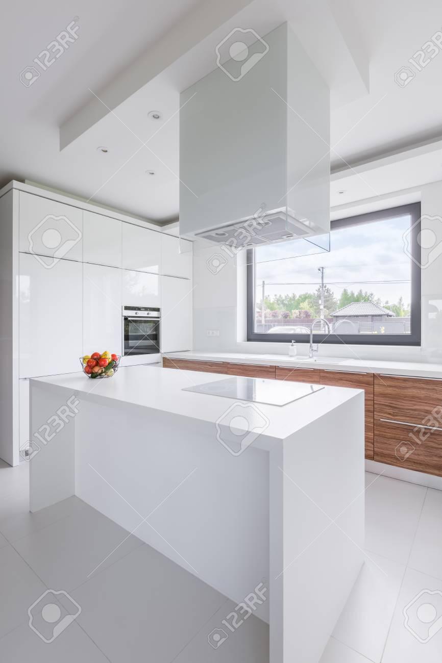 Nuova Cucina Di Design Bianca Con Isola, Finestra E Cappa Aspirante ...