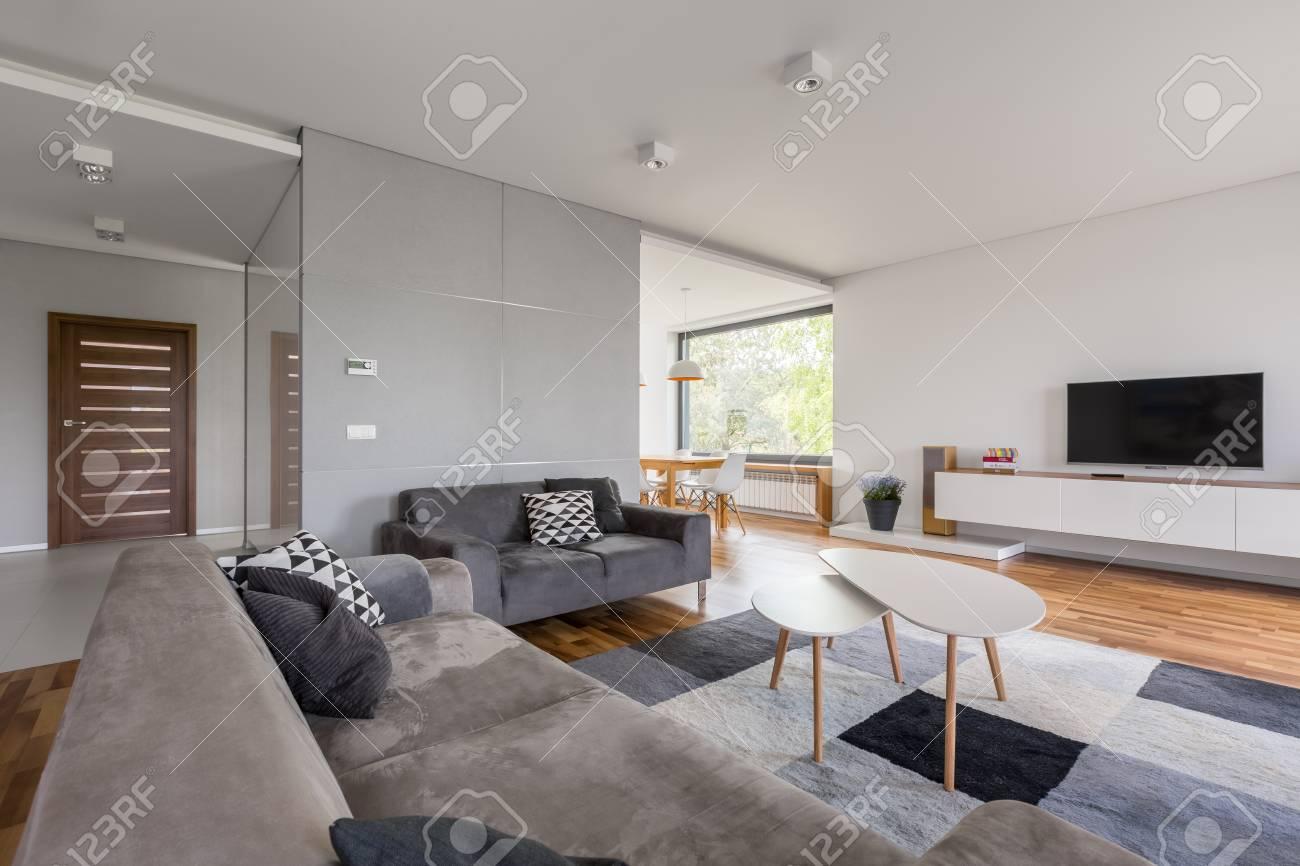 Salon Tv Blanc Avec Canape Gris Table Basse Et Tapis