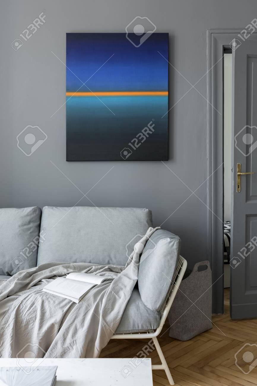 Soggiorno Grigio Con Divano E Pittura Murale Moderna Foto Royalty ...