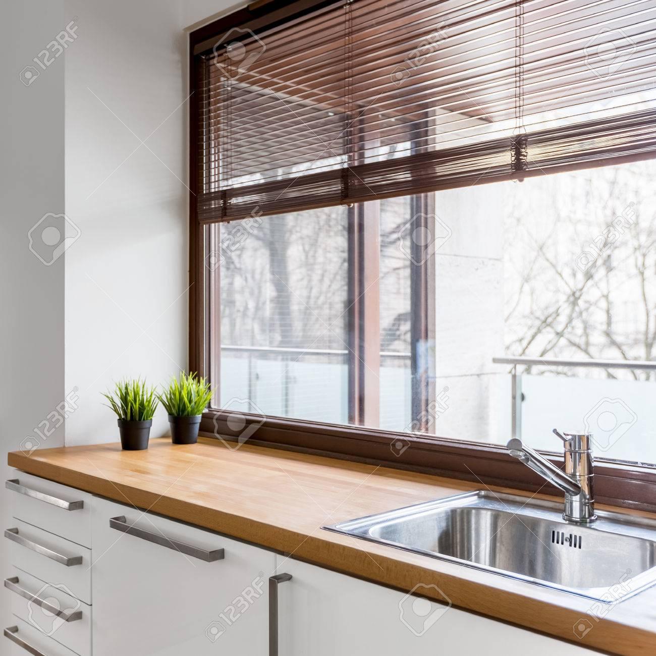 Super Weiße Küche Mit Holzarbeitsplatte, Silberner Spüle Und Großem MN32