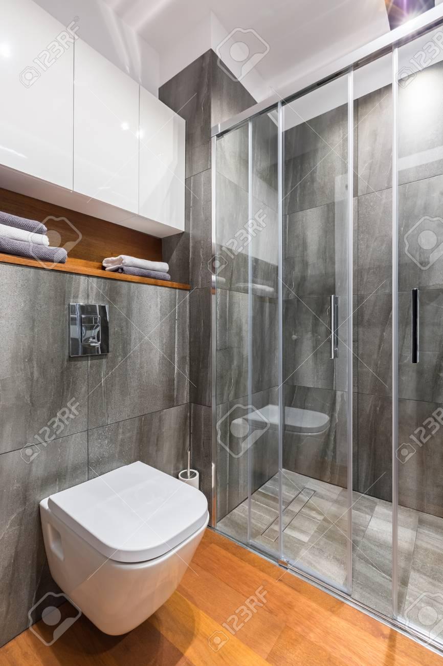 Entzückend Graues Bad Sammlung Von Mit Begehbarer Dusche Und Weißer Toilette Standard-bild