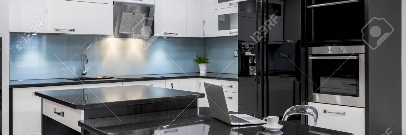 Schwarz-weiße, Stilvolle, Hochglänzende Küche Mit Insel, Panorama ...