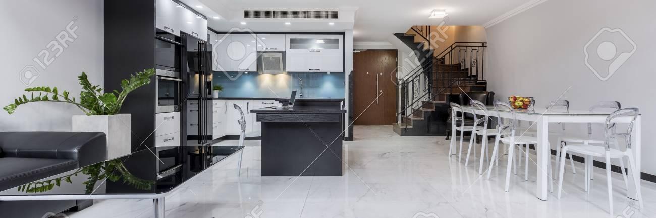 Moderne Weisse Offene Wohnung Mit Glanzendem Boden Tisch Kuche