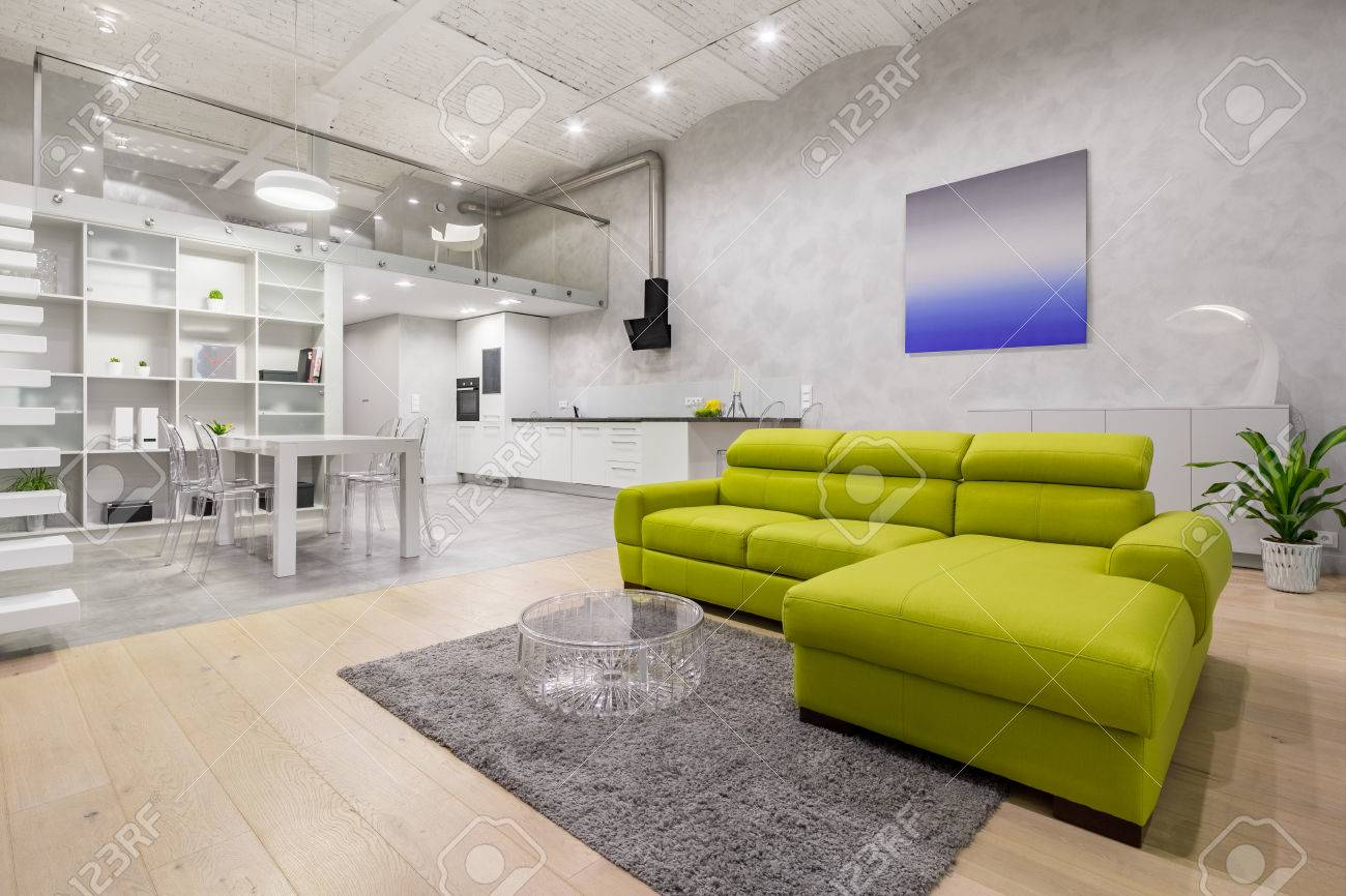 Loft Avec Mezzanine, Canapé Vert, Kitchenette Et Plafond En Brique ...