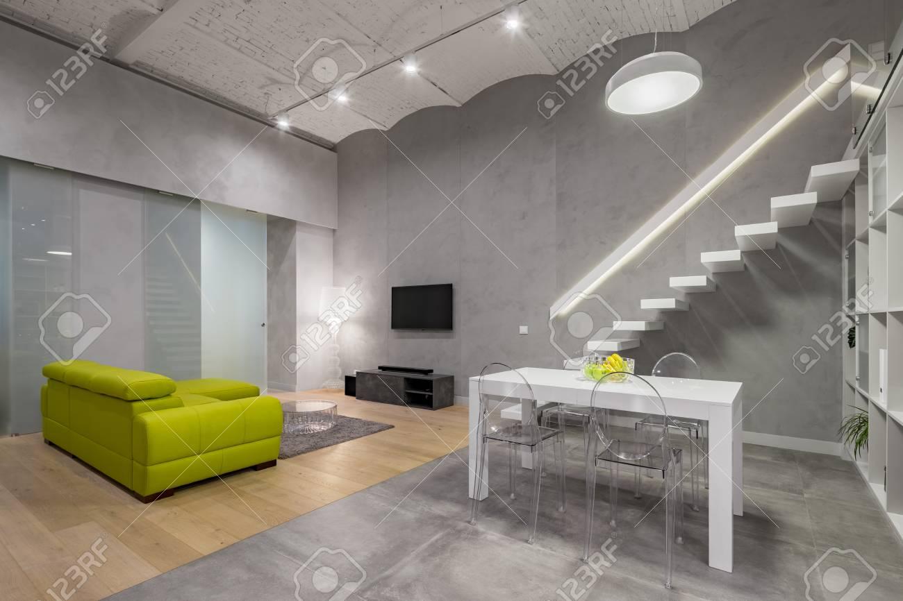 Loft Sala De Estar Con Escaleras Sof Verde Tv Mesa Blanca Y  -> Sala De Tv Verde